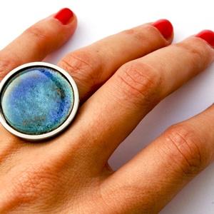 Tűzzománc nemesacél gyűrű - nemesacél gyűrű - tűzzománc gyűrű- kék és világosbarna színek - kék gyűrű - modern gyűrű, Ékszer, Gyűrű, Statement gyűrű, Tűzzománc, Fémmegmunkálás, GALAXY GYŰRŰ\n\nGyönyörű színekben pompázó tűzzománc gyűrű nemesacél gyűrű alappal.\n\nA kör átmérője 28..., Meska