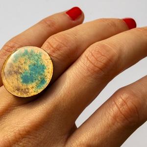 Tűzzománc nemesacél gyűrű - nemesacél gyűrű - tűzzománc gyűrű- világosbarna türkiz sárga színek, Ékszer, Gyűrű, Tűzzománc, Fémmegmunkálás, GALAXY GYŰRŰ\n\nGyönyörű színekben pompázó tűzzománc gyűrű nemesacél gyűrű alappal.\n\nA tűzzománc kör á..., Meska