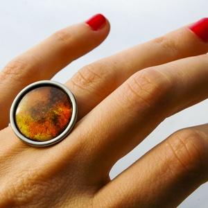 Tűzzománc nemesacél gyűrű - nemesacél gyűrű - tűzzománc gyűrű- sárga és barna színek - modern gyűrű, Ékszer, Gyűrű, Tűzzománc, Fémmegmunkálás, GALAXY GYŰRŰ\n\nGyönyörű színekben pompázó tűzzománc gyűrű nemesacél gyűrű alappal.\n\nA kör átmérője 23..., Meska