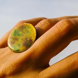 Tűzzománc nemesacél gyűrű - nemesacél gyűrű - tűzzománc gyűrű- sárga zöld barna színek - színes gyűrű - modern gyűrű, Ékszer, Gyűrű, Tűzzománc, Fémmegmunkálás, GALAXY GYŰRŰ\n\nGyönyörű színekben pompázó tűzzománc gyűrű nemesacél gyűrű alappal.\n\nA tűzzománc kör á..., Meska