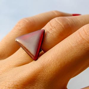 Tűzzománc nemesacél gyűrű - nemesacél gyűrű - tűzzománc gyűrű- bordó szín - bordó gyűrű - háromszög gyűrű - modern gyűrű, Ékszer, Gyűrű, Tűzzománc, Fémmegmunkálás, MODERN HÁROMSZÖG GYŰRŰ\n\nGyönyörű bordó színben pompázó tűzzománc gyűrű nemesacél gyűrű alappal.\n\nA t..., Meska