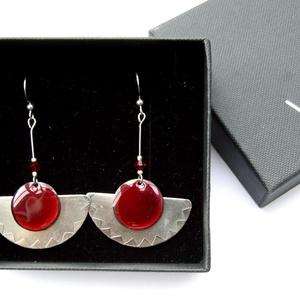 Alpakka fülbevaló bordó tűzzománccal - bordó üveggyönggyel - bordó ezüst fülbevaló - modern fülbevaló - ékszer - fülbevaló - lógó fülbevaló - Meska.hu