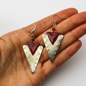 Tűzzománc - alpakka fülbevaló - bordó és ezüst színek - ezüst bordó fülbevaló - háromszög fülbevaló - Meska.hu