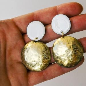 Arany fehér - sárgaréz és tűzzománc fülbevaló - arany és fehér színek - fehér arany fülbevaló - kör alakú, Lógós fülbevaló, Fülbevaló, Ékszer, Tűzzománc, Fémmegmunkálás, Modern, ragyogó, feltűnő, elegáns fülbevaló!\n\nEgyedi, kézzel készített, kör alakú tűzzománc & sárgar..., Meska