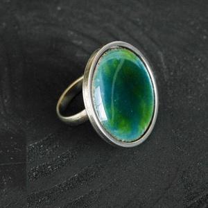 Tűzzománc nemesacél gyűrű - nemesacél gyűrű - tűzzománc gyűrű- kék zöld színek - kék gyűrű - modern gyűrű - kerek gyűrű, Ékszer, Gyűrű, Tűzzománc, Fémmegmunkálás, GALAXY GYŰRŰ\n\nGyönyörű színekben pompázó tűzzománc gyűrű nemesacél gyűrű alappal.\n\nA kör átmérője 28..., Meska