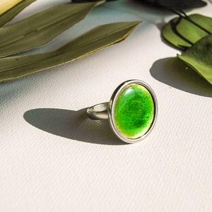 Zöld tűzzománc nemesacél gyűrű - nemesacél gyűrű - zöld gyűrű, Statement gyűrű, Gyűrű, Ékszer, Tűzzománc, Fémmegmunkálás, Gyönyörű élénk zöld színben pompázó tűzzománc gyűrű nemesacél gyűrű alappal.\n\nA kör átmérője 23 mm, ..., Meska