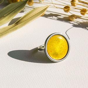 Citromsárga tűzzománc nemesacél gyűrű - nemesacél gyűrű - citromsárga gyűrű, Ékszer, Gyűrű, Tűzzománc, Fémmegmunkálás, Gyönyörű élénk citromsárga színben pompázó tűzzománc gyűrű nemesacél gyűrű alappal.\n\nA kör átmérője ..., Meska