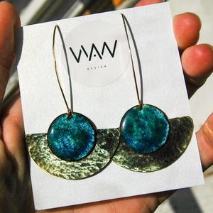 Sárgaréz fülbevaló kék tűzzománccal - arany és kék színek - ékszer - fülbevaló - lógó fülbevaló - Meska.hu