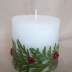 Karácsonyi gyertya, Karácsony & Mikulás, Gyertya-, mécseskészítés, Virágkötés, Fenyőággal és rózsaborssal díszített fehér gyertya. Mérete: 6,5 cm átmérőjű, kb. 7 cm magas henger. ..., Meska