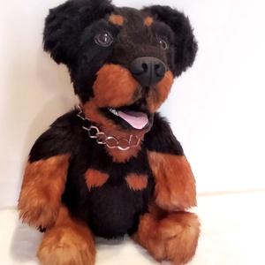 Rottweiler plüss kutya, Gyerek & játék, Játék, Plüssállat, rongyjáték, Otthon & lakás, Varrás, Gyurma, Kész termék, azonnal megvásárolható! :)\n\nMagassága 35cm állva (támasztékkal tud állni), ülve 28cm. \n..., Meska