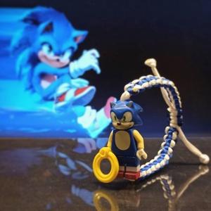 Sonic Minifig karkötő, Karkötő medállal, Karkötő, Ékszer, Csomózás, Fonás (csuhé, gyékény, stb.), A múlt évezredben a 90-es évek elején 1991-ben járunk.\nA SEGA híres kabalája, Sonic a sün.\n\nA Minifi..., Meska