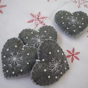 szürke szívek karácsonyfadísz, Karácsonyfadísz, Karácsony & Mikulás, Otthon & Lakás, Varrás, 4 db kézzel varrott szív alakú karácsonyi dísz.  gyapjúfilcből, gyönggyel díszítve. \n\n5 cm-esek és v..., Meska