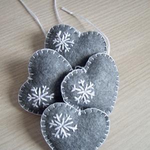 szürke szívek 2. karácsonyfadísz, Otthon & Lakás, Dekoráció, Függődísz, Varrás, 4 db kézzel varrott szív alakú karácsonyi dísz.  gyapjúfilcből, hópihe mintával díszítve. \n\n5 cm-ese..., Meska