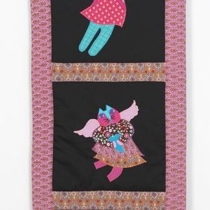 Fali textil dekoráció macskaangyalokkal, Dekoráció, Otthon & lakás, Kép, Lakberendezés, Falikép, Patchwork, foltvarrás, Applikációs technikával készítettem. Fém képtartó segítségével lehet a falra szerelni.\nMéret:36X92 c..., Meska
