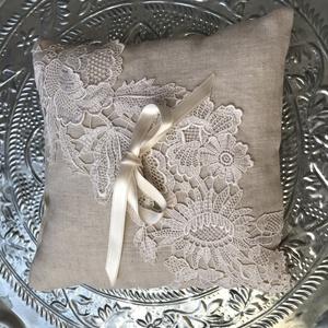Gyűrűpárna, Esküvő, Kiegészítők, Gyűrűtartó & Gyűrűpárna, Mérete:22X22 cm Lenvászon és csipke.Középen fehér szatén masni fogja össze a gyűrűket., Meska
