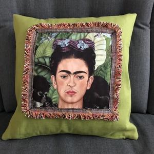 Díszpárna Frida Kahlóval, Otthon & lakás, Dekoráció, Lakberendezés, Lakástextil, Párna, Vagy szereted, vagy nagyon nem, de hidegen nem hagy. Méret:38X38 cm. Cipzáras huzata van. A párna jó..., Meska