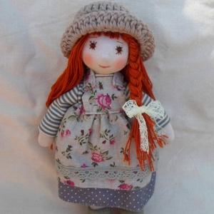 Szürke ruhás, vörös hajú kislány (21 cm), Gyerek & játék, Játék, Plüssállat, rongyjáték, Baba, babaház, Baba-és bábkészítés, Horgolás, Saját tervek alapján, kézzel és géppel készült, egyedi öltöztetős baba.\n\nMinden ruhadarabja (kétréte..., Meska