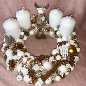 Réni adventi koszorú, Karácsony, Karácsonyi dekoráció, Mindenmás, Virágkötés, Az advent közeledtével egy arany-fehér koszorút álmodtam meg nektek, aprólékos kidolgozással, fő ele..., Meska