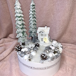 Karácsonyi varázs, Karácsony, Karácsonyi dekoráció, Mindenmás, Virágkötés, Gyönyörű havas tájat idéző asztali dísz várja ,hogy otthonodban pompázhasson! Világítós házikóval\nÁt..., Meska