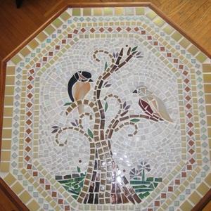 Madarak, Bútor, Otthon & lakás, Lakberendezés, Asztal, Üvegművészet, Mozaik, Megrendelőm hozta ezt a régi, felújított nyolcszögletű asztalkát, amibe elkészítettem a kívánt mozai..., Meska
