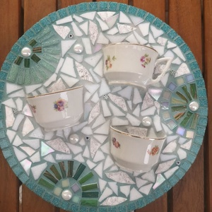 3D mozaik kép, Esküvő, Nászajándék, Otthon & lakás, Dekoráció, Kép, Mozaik, Félbe tört porcelán csészékkel és tányérral, valamint fehér üveggyöngyökkel és üvegmozaikkal díszíte..., Meska