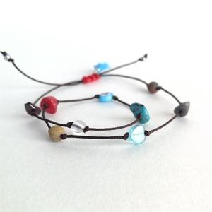 Bokalánc ásványgolyókból (B4), Ékszer, Bokalánc, lábgyűrű, Ásvány mix bokalánc barna poliészter szálon, kék bojttal, piros csomóval. Egyedi ékszer. Minimális h..., Meska
