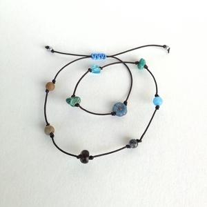Bokalánc ásványgolyókból (B8), Ékszer, Bokalánc, lábgyűrű, Ásvány mix bokalánc barna poliészter szálon, kék csomóval. Egyedi ékszer. Minimális hossza 20 cm.  Á..., Meska