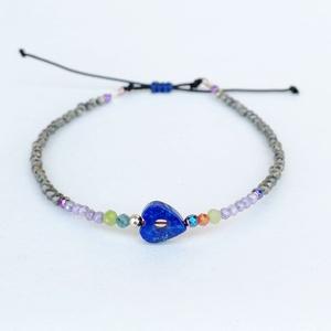 Pirit és lápisz lazuli szív karkötő, Ékszer, Karkötő, 2 mm-es fazettált és plain drágakövekből fűzött egyedi karkötő. A karkötő közepén egy kézzel faragot..., Meska