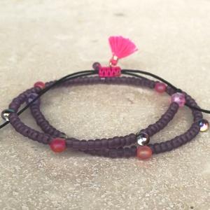 Purple bokalánc, Ékszer, Bokalánc, lábgyűrű, Ásvány és üveggyöngy mix bokalánc fekete poliészter szálon, mályva színű bojttal, pink csomóval. Egy..., Meska