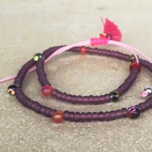 Purple bokalánc, Ékszer, Bokalánc, lábgyűrű, Ásvány és üveggyöngy mix bokalánc rózsaszín poliészter szálon, mályva színű bojttal, pink csomóval. ..., Meska