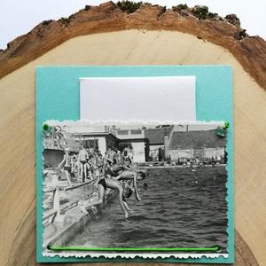Üdvözlőkártya régi fotóval - fiúk az uszodában, Művészet, Fotográfia, Ékszerkészítés, Papírművészet, 9*9 cm-es üdvözlőkártya 6*9 cm-es felvarrott fotóval. A kép régi, eredeti.\nA régi képet élénk zöld s..., Meska