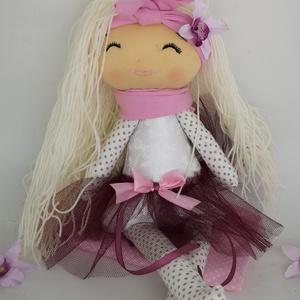 Modern textil baba-Vikta baba, Gyerek & játék, Gyerekszoba, Játék, Baba játék, Varrás, Cuki kézműves textil baba. \nkb 44-45 cm magas kb. Haja világos szőke fonalból készült. Szája,orra, s..., Meska