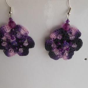 Iluska lila horgoltfülbevaló, Ékszer, Fülbevaló, Horgolás, Varrás, Lila melírozott fonalból horgoltam virág formájú fülbevalót.Különböző lila árnyalatú és formájú gyön..., Meska