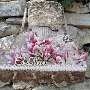 """Vintage stílusú virágos kulcstartó\""""Édes otthon\"""" felirattal, Otthon & lakás, Dekoráció, Lakberendezés, Konyhafelszerelés, Decoupage, transzfer és szalvétatechnika, Festett tárgyak, Hasznos kiegészítője lehet lakásodnak ez a különleges vintage stílusú virágos kulcstartó\nAlapozás ut..., Meska"""
