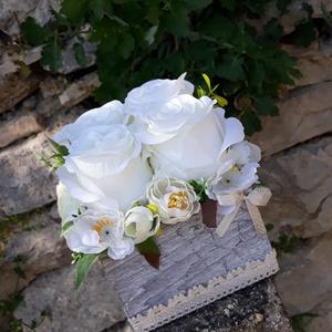 Rózsabox vintage fehér-bézs virágokkal, Otthon & lakás, Dekoráció, Ünnepi dekoráció, Anyák napja, Ballagás, Virágkötés, Virágdoboz fehér és bézs selyemvirágokkal készült és zöldekkel lett díszítve. A szürke fa dobozt alu..., Meska