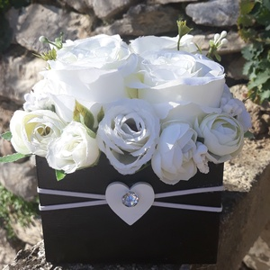 Rózsabox vintage fehér színű selyem virágokkal, Otthon & lakás, Dekoráció, Ünnepi dekoráció, Anyák napja, Ballagás, Virágkötés, Virágdoboz fehér,bézs  vintage színekből álló selyemvirágokkal készült és zöldekkel lett díszítve. A..., Meska