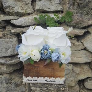 Rózsabox fa dobozban vintage kék-fehér virágokkal, Otthon & lakás, Dekoráció, Ünnepi dekoráció, Anyák napja, Ballagás, Virágkötés, Virágdoboz vintage kék és fehér selyemvirágokkal készült és zöldekkel lett díszítve. A barna fa dobo..., Meska