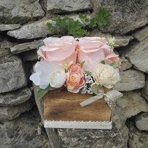 Rózsabox fa dobozban vintage púder-bézs virágokkal, Otthon & lakás, Dekoráció, Ünnepi dekoráció, Anyák napja, Ballagás, Virágkötés, Virágdoboz vintage púder-bézs selyemvirágokkal készült és zöldekkel lett díszítve. A barna fa dobozt..., Meska