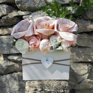 Rózsabox  fa dobozban vintage cappucinó virágokkal, Otthon & lakás, Dekoráció, Ünnepi dekoráció, Anyák napja, Ballagás, Virágkötés, Virágdoboz vintage cappucinó-bézs-púder selyemvirágokkal készült és zöldekkel lett díszítve. A fehér..., Meska