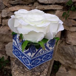 Rózsabox  mintás fa dobozban vintage fehér selyem virágokkal, Otthon & lakás, Dekoráció, Ünnepi dekoráció, Anyák napja, Ballagás, Virágkötés, Virágdoboz fehér vintage színekből álló selyemvirágokkal készült és zöldekkel lett díszítve.  \n9 x 9..., Meska