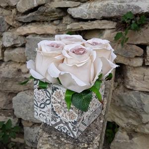Rózsabox  mintás fa dobozban vintage cappucinó selyem virágokkal, Otthon & lakás, Dekoráció, Ünnepi dekoráció, Ballagás, Csokor, Lakberendezés, Asztaldísz, Virágkötés, Virágdoboz cappucinó  vintage színekből álló selyemvirágokkal készült és zöldekkel lett díszítve.  \n..., Meska