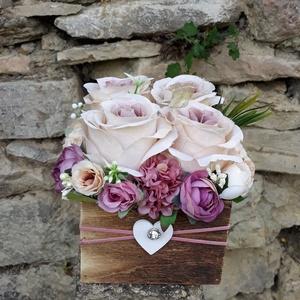Rózsabox fa dobozban vintage cappucinó-mályva virágokkal, Otthon & lakás, Dekoráció, Ünnepi dekoráció, Anyák napja, Ballagás, Virágkötés, Virágdoboz vintage cappucinó-mályva selyemvirágokkal készült és zöldekkel lett díszítve. A barna fa ..., Meska