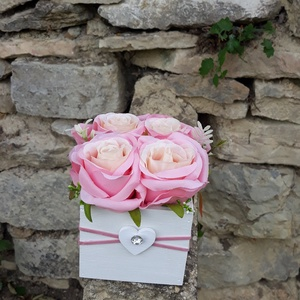 Rózsabox   fa dobozban vintage rózsaszín selyem virágokkal, Otthon & lakás, Dekoráció, Ünnepi dekoráció, Anyák napja, Ballagás, Virágkötés, Virágdoboz rózsaszín  vintage színekből álló selyemvirágokkal készült és zöldekkel lett díszítve.  \n..., Meska