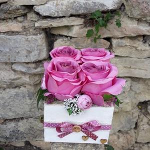 Rózsabox fa dobozban vintage mályva virágokkal, Otthon & lakás, Dekoráció, Ünnepi dekoráció, Anyák napja, Ballagás, Virágkötés, Virágdoboz vintage mályva selyemvirágokkal készült és zöldekkel lett díszítve. A fehér fa dobozt ekr..., Meska