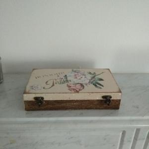 Vintage rózsás ékszertartó doboz/ varrós doboz, Otthon & lakás, Dekoráció, Lakberendezés, Tárolóeszköz, Doboz, Decoupage, transzfer és szalvétatechnika, Festett tárgyak, Különleges stílusú  vintage rózsás ékszertartó doboz / varrós doboz.\n\nA dobozt alapozás után több ré..., Meska