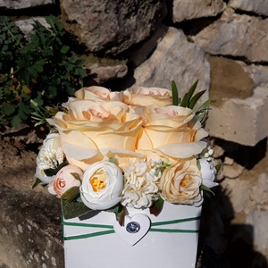 Rózsabox fa dobozban vintage barack-púder pasztell árnyalatokkal, Otthon & lakás, Dekoráció, Ünnepi dekoráció, Anyák napja, Ballagás, Virágkötés, Virágdoboz barack-púder selyemvirágokkal készült és zöldekkel lett díszítve. A fehér fa dobozt vékon..., Meska