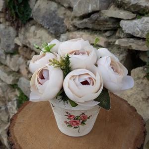 Rózsabox  bézs rózsákkal vintage cserép kaspóban, Otthon & lakás, Dekoráció, Ünnepi dekoráció, Anyák napja, Ballagás, Virágkötés, A  virágdoboz bézs selyemvirágokból készült , apró virágokkal és zöldekkel lett díszítve. \n9 cm mére..., Meska
