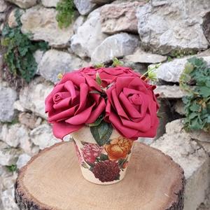 Rózsabox  mályva rózsákkal vintage cserép kaspóban, Otthon & lakás, Dekoráció, Ünnepi dekoráció, Anyák napja, Ballagás, Virágkötés, A  virágdoboz mályva habrózsából készült , apró virágokkal és zöldekkel lett díszítve. \n9 cm méretű ..., Meska