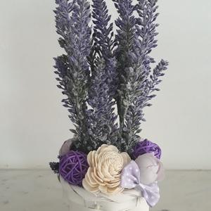Levendulás virágbox a vintage stílus jegyében , Csokor & Virágdísz, Dekoráció, Otthon & Lakás, Virágkötés, A  virágdoboz  levendulával és vintage selyemvirágokkal készült , apró virágokkal és zöldekkel lett ..., Meska