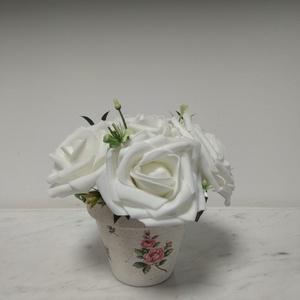 Rózsabox  fehér rózsákkal vintage cserép kaspóban, Otthon & lakás, Dekoráció, Ünnepi dekoráció, Anyák napja, Ballagás, Virágkötés, A  virágdoboz fehér habrózsából készült , apró virágokkal és zöldekkel lett díszítve. \n9 cm méretű c..., Meska